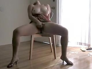 Hot video of a curvy babe squirting